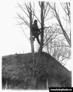 Украинада тың тыңдап тұрған Қызыл армия жауынгері. 1919 жыл.