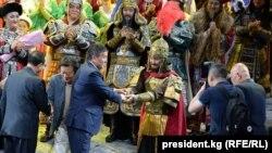 """Президент Сооронбай Жээнбеков Бээжинде """"Манас"""" операсына барган учур."""