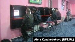 Букмекер кеңсесінде отырған азаматтар. Алматы, 24 қазан 2013 жыл.