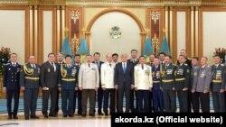 Президент Казахстана Касым-Жомарт Токаев (11-й слева) и сотрудники силовых органов позируют для коллективного фото во время церемонии присвоения спецзваний. Нур-Султан, 6 мая 2019 года.
