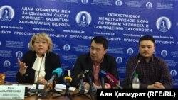 Представитель семьи семилетнего мальчика из Сарыагашского района Курмангазы Мусир (справа), адвокат Бауыржан Азанов и правозащитник Роза Акылбекова.
