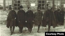 Invalizi români întorși din lagărele germane (Sursa: Expoziția Marele Război, 1914-1918, Muzeul Național de Istorie a României, http://www.marelerazboi.ro/ razboi-catalog-obiecte/item/invalizi-intorsi-din-lagare-3)