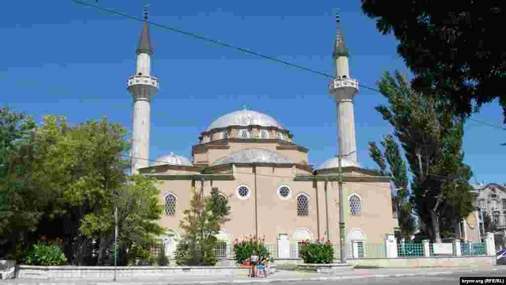 Джума-Джами или Хан-Джами – главная мечеть города, расположенная в районе парка им. Караева