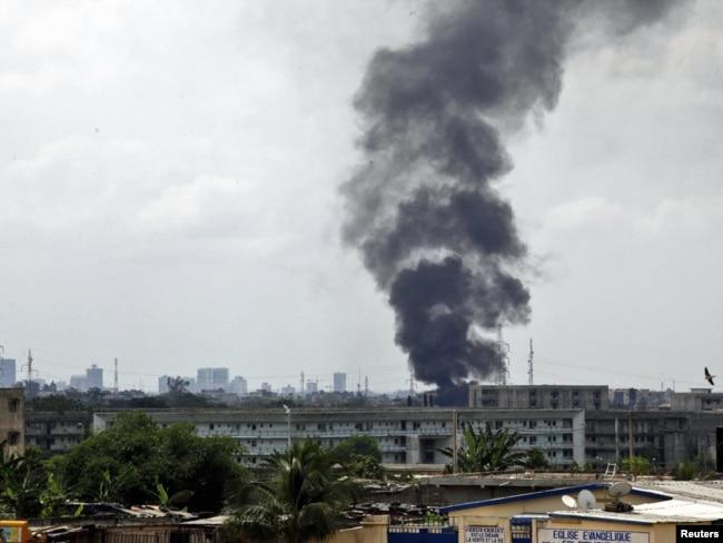 Горящий президентский дворец после атаки вертолетов ООН в главном городе Кот-д'Ивуара Абиджане. 6 апреля 2011 года