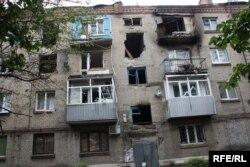 Пошкоджений внаслідок бойових дій будинок у Слов'янську. Червень 2014 року