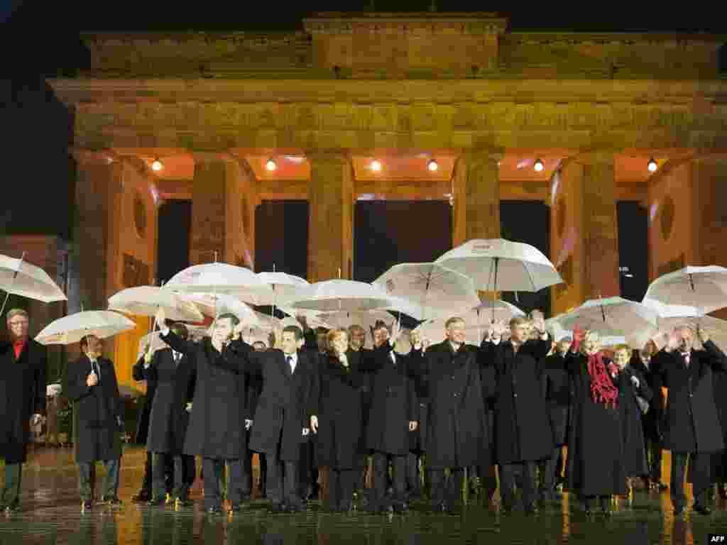 Almaniyada «Berlin divarı»nın dağıdılmasının 20-ci ildönümü təntənəylə qeyd olunur. Almaniyanın kansleri Angela Merkel dünya liderlərini Brandenburq qapılarında qarşılayıb. Brandenburq Almaniyanın bölünməsinin rəmzi sayılır. Mərasimdə SSRİ-nin sonuncu rəhbəri Mixail Qorbaçov, Polşada o vaxtkı «Solidarnost» Hərəkatının lideri Lex Valensa, ABŞ-ın Dövlət katibi Hillari Klinton, Britaniyanın Baş naziri Qordon Braun, Fransa prezidenti Nikola Sarkozi və Rusiyanın dövlət başçısı Dmitri Medvedev iştirak edir. 1989-cu il noyabrın 9-u gecəsi bir neçə həftə davam edən mitinqlərdən sonra Şərqi Almaniyanın kommunist hakimiyyəti Qərbi Berlinlə Şərqi Berlini bir-birindən ayıran sərhəd qapılarını açmalı olmuşdu.