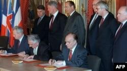 Slobodan Milošević, Franjo Tuđman i Alija Izetbegović potpisuju Dejtonski mirovni sporazum, Pariz, 1995.