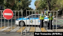 Полиция перекрывает дорогу. Алматы, 13 сентября 2020 года.