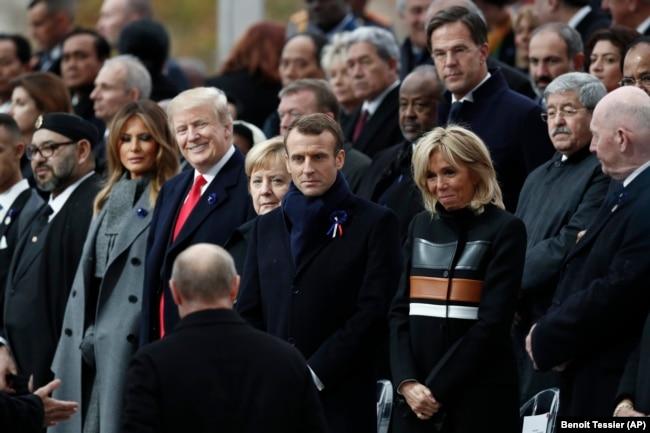 Президент Росії Володимир Путін (на фото зі спини) прибув на відзначення 100-річчя закінчення Першої світової війни. На фотографії також, зокрема, президент США Дональд Трамп, канцлер Німеччини Анґела Меркель і президент Франції Емманюель Макрон. Париж, 11 листопада 2018 року