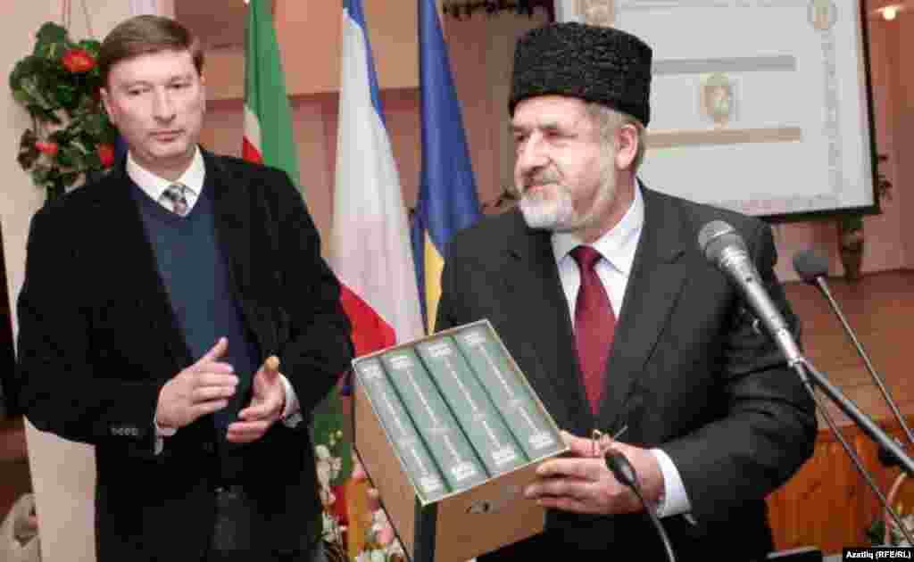 Рифат Чубаров дүрт томлы Кырымтатар тарихы китабын бүләк итә