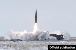 Iszkander rakétarendszer működés közben, a Kaszputyin Jar kísérleti rakétaindító telepen, 2018-ban. Az orosz hadseregben 2006 óta használják az eszközt.