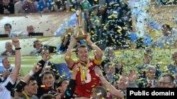 """""""Қайрат"""" футзал командасының 2013 жылы УЕФА кубогын ұтқан кезі. Тбилиси, Грузия, 28 сәуір 2013 жыл. (Көрнекі сурет)."""
