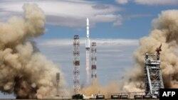 """Запуск ракеты-носителя """"Протон-М"""" с космодрома Байконур."""