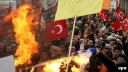 В ходе акции протеста в Стамбуле против визита папы были сожжены флаги Израиля и США