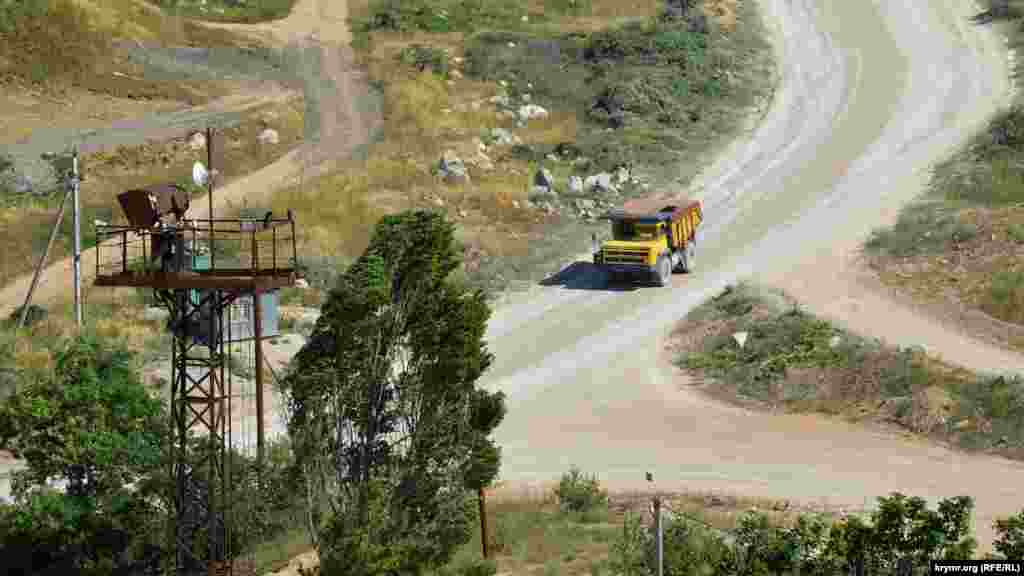 По дорозі їде самоскид БелАЗ, його колеса заввишки два метри