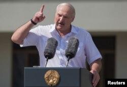 Александр Лукашенко жестикулирует во время митинга сторонников у Дома правительства на площади Независимости в Минске, 16 августа 2020 года.