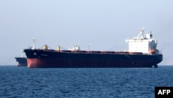 An oil tanker is pictured off the Iranian port city of Танкер (архивное фото).