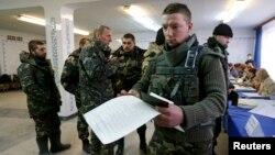 Військовослужбовці голосують у Краматорську, 26 жовтня 2014 року