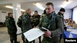 Українські військові беруть участь у виборах у Краматорську, Донецька область, 26 жовтня 2014 року