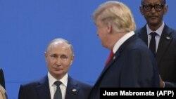 """Дональд Трамп и Владимир Путин в Буэнос-Айресе, где в прошлом году состоялся саммит """"Большой двадцатки"""". 30 ноября 2018 года"""