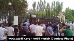 Uzbekistan - people are staying in a queue to take passport in Chiroqchi district of Qashqadaryo region, 1 June 2014.