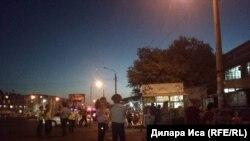 Сотрудники полиции у центрального рынка накануне назначенного сноса. Шымкент, 29 июля 2018 года.