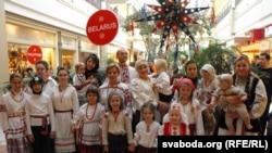 Беларусы на парадзе Санта Клаўсаў у канадзкім горадзе Місісога (фоты Зьмітра Леановіча)
