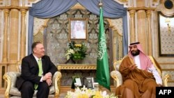 Госсекретарь США Майк Помпео на встрече с наледным принцем Саудовской Аравии Мохаммедом бин Салманом