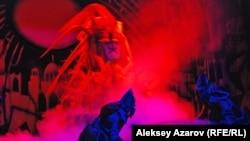 """Отважные батыры сражаются с огненным чудовищем из колодца. Эпизод спектакля """"Алтын адам"""". Алматы, 16 сентября 2015 года."""
