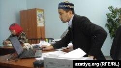 """Серикжан Еншибайулы, наиб-имам мечети """"Нургасыр"""", смотрит в монитор персонального компьютера. Актобе, 12 февраля 2014 года."""