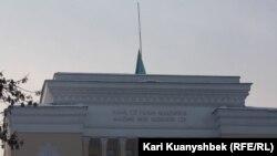 Приспущенный флаг Казахстана над зданием Дома ученых в день траура. Алматы, 27 декабря 2012 года.