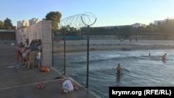 Ограждение с колючей проволокой, отделяющее пляж «Песочный» от территории Нахимовского военно-морского училища
