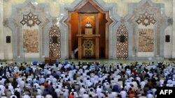 Rugăciunea de vineri la Centrul Islamic din Jackarta în luna Ramadanului