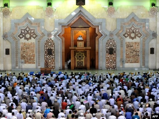 مسلمانان اندونزی پس از اقامه نماز جماعت در یکی  از مساجد جاکارتا