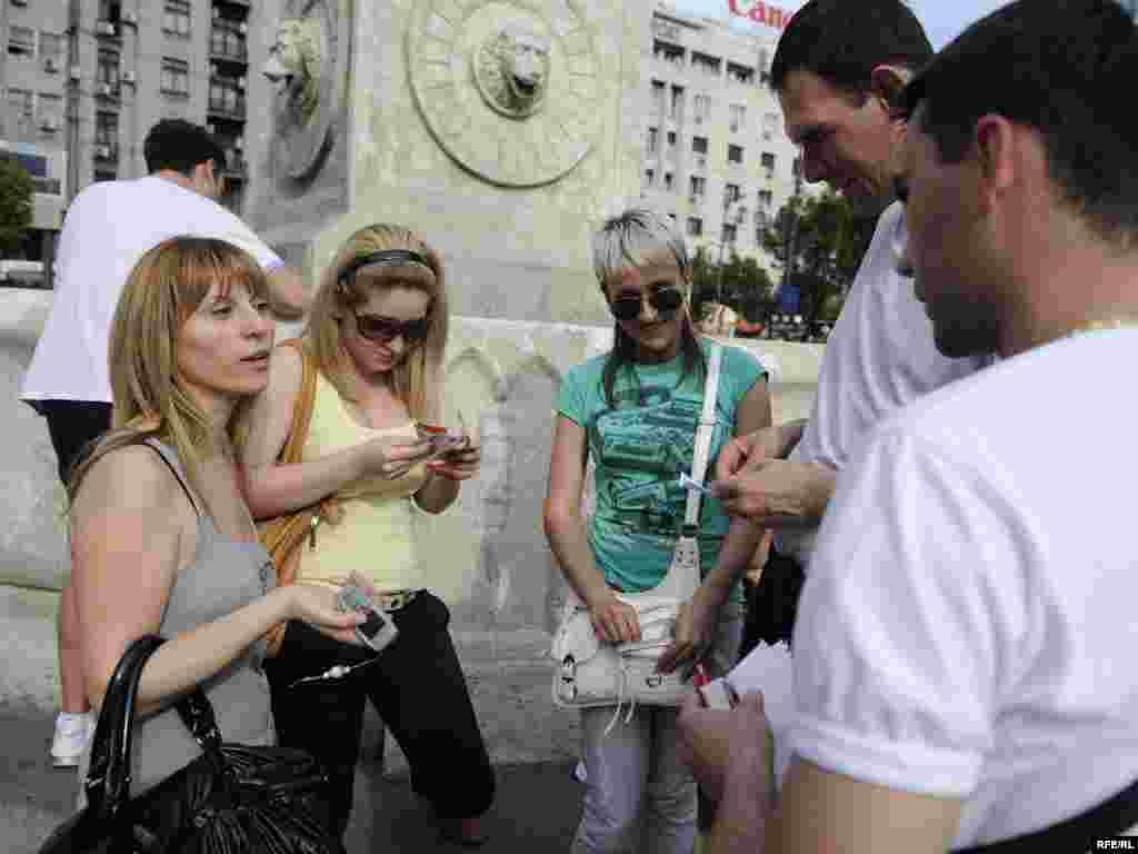 Atmosfera Svjetskog prvenstva u fudbalu 2010. već se osjeća na beogradskim ulicama. Kod Terazijske česme okupljaju se građani svih uzrasta razmjenjujući samoljepljive sličice za svoje albume. Foto: Vesna Anđić