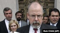 Юрист на ім'я Кевін Клайнсміт є першим колишнім чиновником, якого звинуватили в рамках розслідування прокурора СШАДжона Дарема (на фото – в центрі) у зв'язку з переглядом ним роботи слідства щодо російського втручання у вибори 2016 року