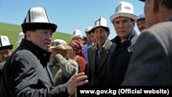 Сооронбай Жээнбеков во время рабочей поездки в Узгенский район.