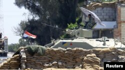 جندي مصري في نقطة حراسة برفح