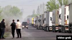 Скопление автотранспорта на кыргызско-казахской границе. Иллюстративное фото.
