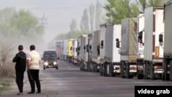Грузовики на казахстанско-кыргызстанской границе, 4 апреля 2019 года.