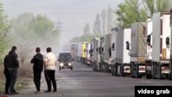 Очередь из грузовых фур на кыргызско-казахской границе, апрель 2019 год.