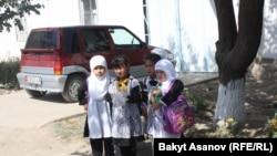 Ош облусунун Араван районундагы окуучу кыздар. 13-сентябр, 2012-жыл