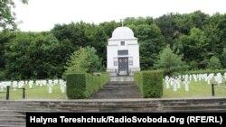 Меморіальний цвинтар у селі Червоне Львівської області, де поховані вояки дивізії Ваффен СС Галичина