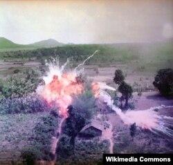 Vyetnam müharibəsində napalm bombasından istifadə edilməsi. Bombanın içində yanacaq olur. 1965