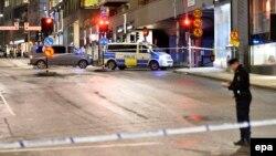 Сотрудник полиции осматривает место происшествия в центре Стокгольма. 26 января 2016 года. Иллюстративное фото.