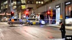 Полиция, оцепившая здание в Стокгольме. Архивное фото.