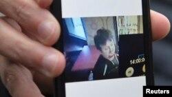 Arijel Žuravski pokazuje fotografiju ubijenog poljskog vozača Lukaša Urbana