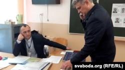 Юрась Губарэвіч выклікае міліцыю наўчастак, каб зафіксаваць парушэньні