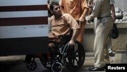 سعید مرادی یکی از متهمهایی که در اثر انفجار دو پای خود را از دست داده است، اول دیماه سوار بر صندلی چرخدار وارد دادگاه شد.