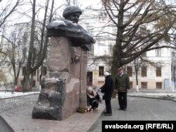 Кветкі да помніка Караткевічу. Барыс Хамайда і Анатоль Бычкоў (справа)